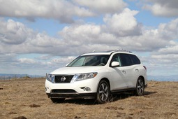 2013 nissan pathfinder on hill